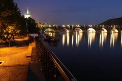 在黑暗的查尔斯桥梁。 免版税库存照片