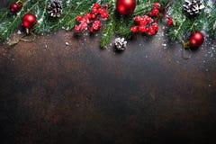 在黑暗的桌上的圣诞节背景 免版税库存图片