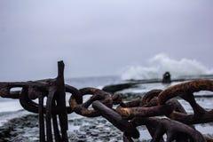 在黑暗的海的码头的生锈的链子 库存图片