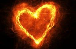 在黑暗的灼烧的心脏 心形的火光环与copyspace的 爱、浪漫史和情人节卡片的框架 免版税库存图片