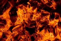在黑暗的灼烧的炭烬 库存图片