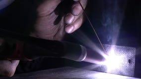 在黑暗的电弧焊接 股票录像