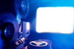 在黑暗的电影放映机 免版税库存照片