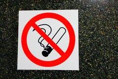 在黑暗的石墙背景的禁烟象贴纸 库存照片
