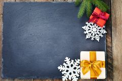 在黑暗的石背景的圣诞节装饰 图库摄影