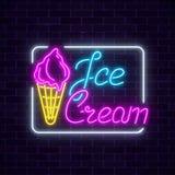 在黑暗的砖墙背景的发光的霓虹冰淇凌咖啡馆牌 在奶蛋烘饼锥体的果子冰淇凌 库存图片