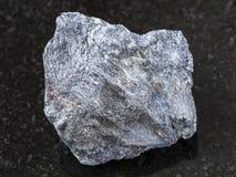 在黑暗的粗砺的锑矿石(辉锑矿)石头 图库摄影
