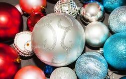 在黑暗的背景关闭的多色新年装饰 免版税图库摄影