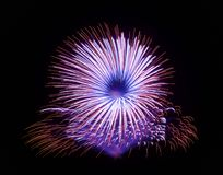 在黑暗的背景关闭隔绝的五颜六色的烟花与文本的,马耳他烟花节日, 4地方7月, Independenc 库存图片