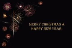 在黑暗的背景和文本`圣诞快乐&新年好`的烟花 图库摄影