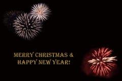 在黑暗的背景和文本`圣诞快乐&新年好`的烟花 免版税库存图片