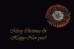在黑暗的背景和文本`圣诞快乐&新年好`的烟花 免版税图库摄影