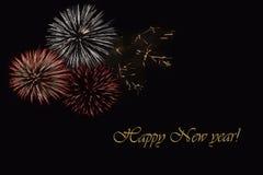 在黑暗的背景和文本`新年好`的烟花 免版税库存图片