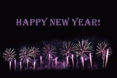 在黑暗的背景和文本`新年好`的烟花 库存照片
