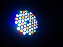 在黑暗的背景在白色、绿色和红色的圆的被阐明的混杂的颜色斑点光在关闭隔绝的 库存图片
