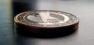 在黑暗的背景的一个欧洲硬币特写镜头 库存图片