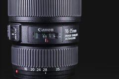 在黑暗的背景的佳能16-35mm透镜 库存照片
