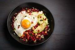 在黑暗的背景的健康味噌素食者早餐碗 图库摄影