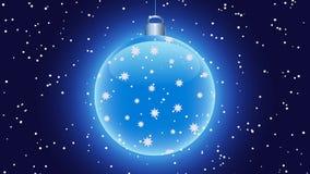 在黑暗的背景的光亮的蓝色圣诞节球,与在前景的落的雪 库存例证