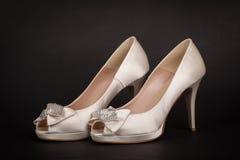 在黑暗的背景的典雅的女性鞋子 免版税库存照片