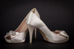 在黑暗的背景的典雅的女性鞋子 库存照片