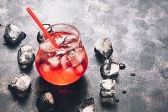 在黑暗的背景的刷新的红色饮料,文本的空间 库存照片