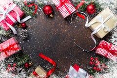 在黑暗的背景的圣诞节礼物箱子 库存图片