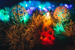在黑暗的背景的圣诞节蜡烛与光 库存图片