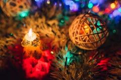 在黑暗的背景的圣诞节蜡烛与光 免版税库存图片