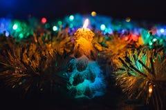 在黑暗的背景的圣诞节蜡烛与光 库存照片
