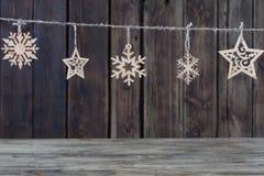 在黑暗的背景的圣诞节装饰 库存图片