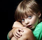 在黑暗的背景的小女孩纵向 免版税图库摄影