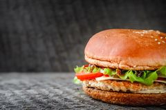在黑暗的背景的开胃自创汉堡 免版税库存图片
