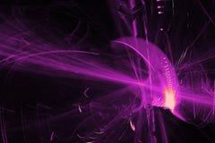 在黑暗的背景的抽象样式与紫色线弯曲微粒 免版税库存图片