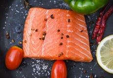 在黑暗的背景的新鲜的三文鱼内圆角/关闭未加工的三文鱼鱼海鲜 免版税库存图片