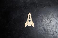 在黑暗的背景的木太空火箭 太空旅行的概念,行星的研究和星 教育 库存照片