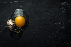 在黑暗的背景的残破的蛋黄 免版税库存照片