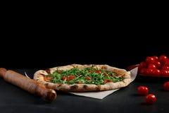 在黑暗的背景的比萨玛格丽塔酒 素食比萨概念 免版税库存照片