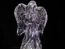 在黑暗的背景的水晶天使 免版税库存图片
