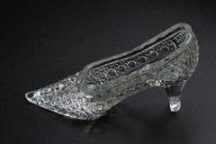在黑暗的背景的水晶灰姑娘鞋子 装饰辅助部件 图库摄影