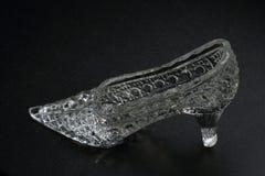 在黑暗的背景的水晶灰姑娘鞋子 装饰辅助部件 免版税图库摄影