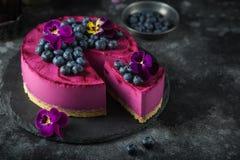 在黑暗的背景的没有被烘烤的蓝莓奶油甜点蛋糕 免版税库存图片