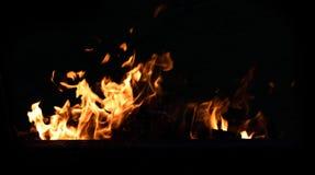 在黑暗的背景的火火焰 库存图片