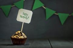 在黑暗的背景的生日杯形蛋糕 愉快的生日 明信片 祝贺 免版税图库摄影