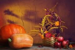 在黑暗的背景的秋天静物画 免版税库存图片