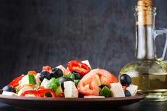 在黑暗的背景的素食希腊沙拉 免版税库存照片