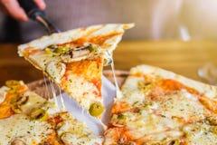 在黑暗的背景的素食比萨用蘑菇 免版税图库摄影