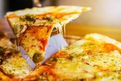 在黑暗的背景的素食比萨用蘑菇 库存照片