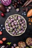 在黑暗的背景的紫色食物 免版税库存图片