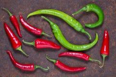 在黑暗的背景的红色和绿色辣椒 免版税库存图片